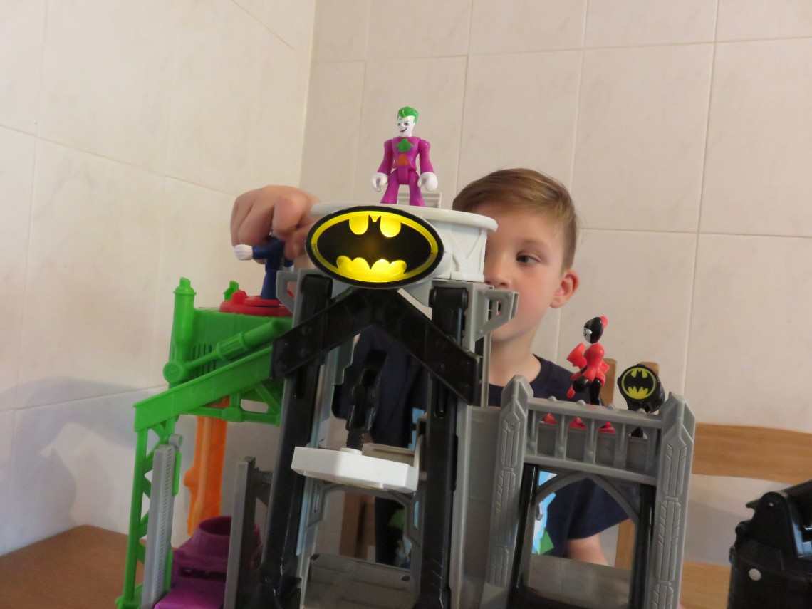 fisher-price-imaginext-batman-super-flight-gotham-city-playset-playing